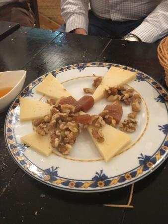 Postre, (queso, con nueces y membrillo) ole. ole... que no se pue aguantar