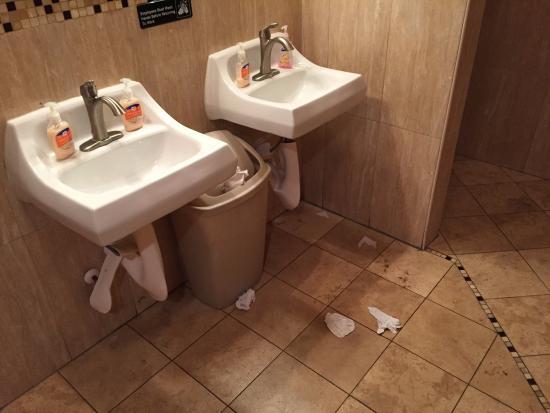 Wildwood, FL: Littered restroom