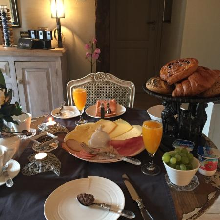 Russell House B&B: Gorgeous breakfasts with added chocolates!