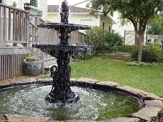 Andor Wenneson Inn: Front yard fountain