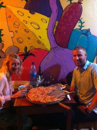 Pizzeria La bella Italia: Compartiendo una pizza grande....