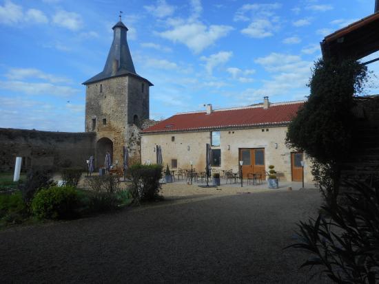 Airvault, Fransa: Cour du Vieux Chateau et accés Crêperie