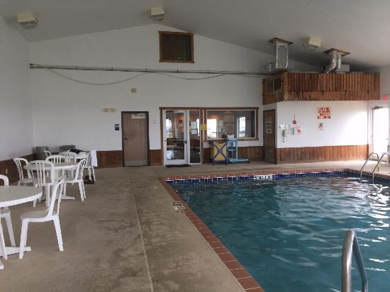 Mineral Point, WI: Pool and sitting area