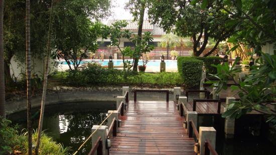 Rim Tara Boutique Resort: petit chemlin de bois menant a la piscine