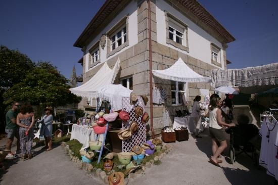 Baiona, Spania: Exterior de la tienda un día de mercadillo