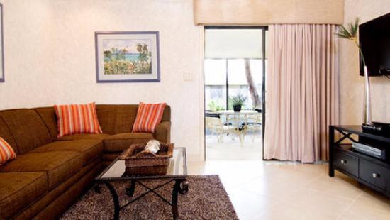 High Point World Resort: Essa é a sala, esse sofá abre e vira uma casa de casal. A vista alí da porta dá para a sacada.
