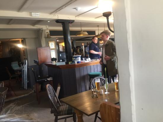 The Potters Arms: Welcoming bar