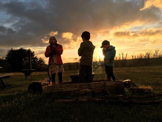 Blagdon, UK: Toasting marshmallows as the sun sets with new friends