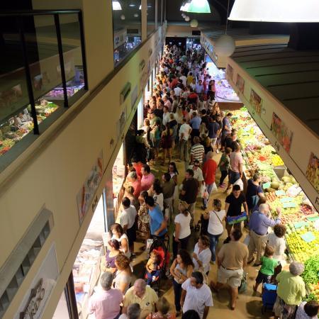 Mercado de Abastos: a la derecha, fruterias. a la izquierda, pescaderias