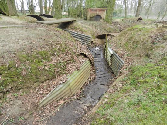 Kasteelhof 't  Hooghe: WW1 Trenches in theGarden