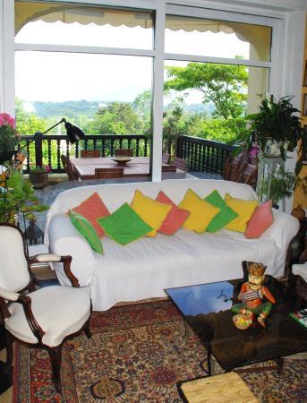 Villa La Croix Basque : Un coin du salon et vue sur les montagnes, entre autres, la Rhune.