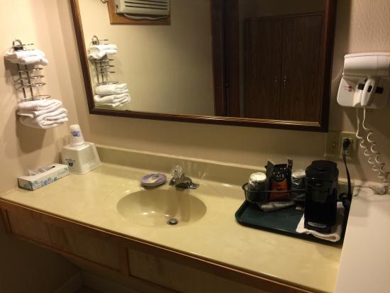 Americas Best Value Inn & Suites : Bathroom