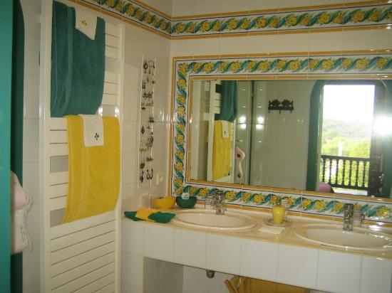 Salle de bain de la chambre Jaune - Picture of Villa La Croix Basque ...