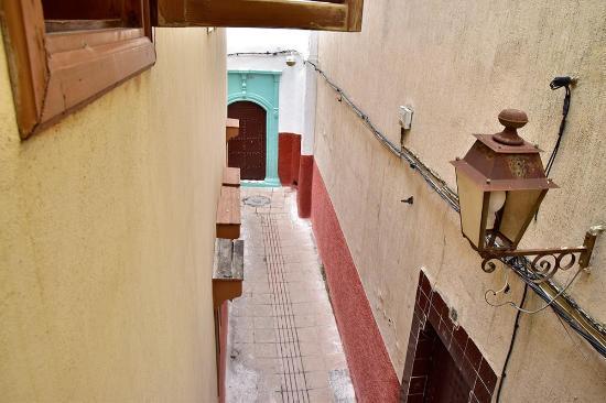 Riad Dar Alia : Vue donnant sur une ruelle depuis une fenêtre de la chambre Ouarzazate