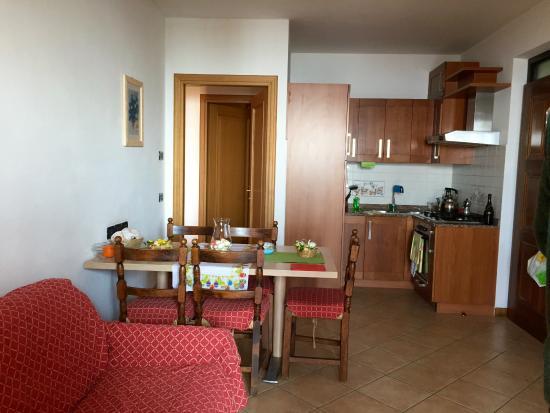 soggiorno con angolo cottura - Picture of Residence Besass, Tignale ...