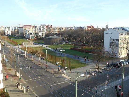 Hotel Grenzfall: Ehemalige Mauer - Aussicht Ecke Grenzfallstrasse neben Hotel
