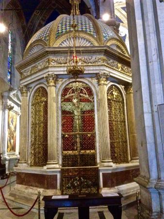 Matteo Civitali's marble Tempieto and the Volto Santo