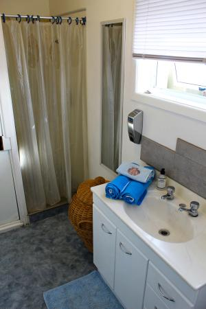 Whangamata, Nueva Zelanda: Toilet, bathroom and shower in separate sections.