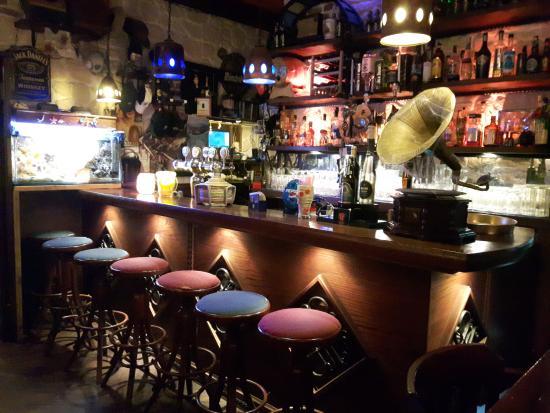 Bancone In Legno Per Pub : Bancone in legno e retrobanco in ferro battuto illuminato con luce