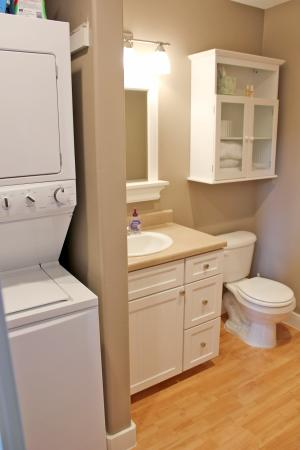 Katlian Street Suites: Two full bathrooms, one with full washer and dryer!