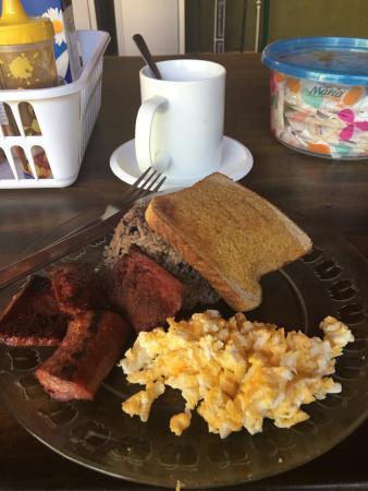 TamarindoVille by Tamarindo Inn: Desayuno: Gallo pinto, huevos revueltos, salchichón, pan tostado, café con leche (o jugo)