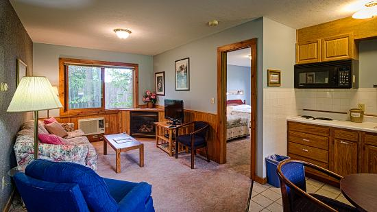 Sunrise Landing Motel: Suite with Private Bedroom, Fireplace, Whirlpool Tub