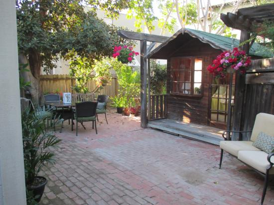 Redwood Hollow - La Jolla Cottages: Patio shared with three cottages