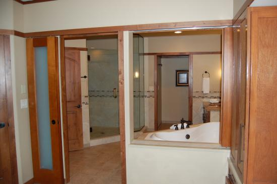 Sedona Summit Resort  Bathroom of 1 bedroom Sunset Mesa suite. Kitchen of 1 bedroom Sunset Mesa suite   Picture of Sedona Summit