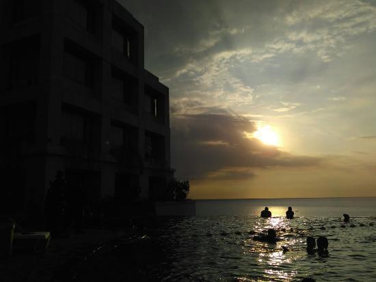 Hotel Aryaduta Manado: Sunset view @pool