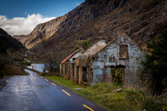 Gap of Dunloe: An abandoned building along the path to the Gap of Dunloe