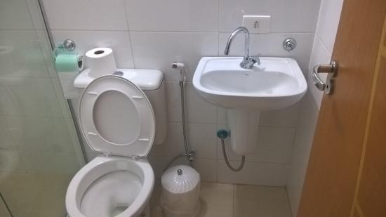 Hotel Stela: banheiros pequenos, mas bem limpos