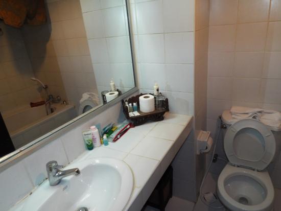 King Royal Garden Inn: Bathroom with bath & shower