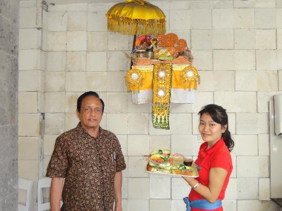 Hotel Karthi: Praying God before breakfast service
