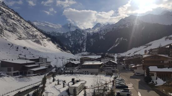 Hotel Alpenhof Hintertux: Room view to Hintertux, gondola valley station and Hintertux glacier