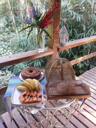 Na Mata Suites: Café da manhã com pães e bolos caseiros.