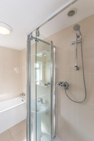 Del Mar Court Self Catering Apartments: Bathroom with shower