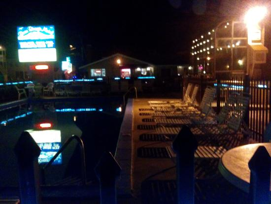 Beau Rivage Motel: An evening shot of the pool and the office