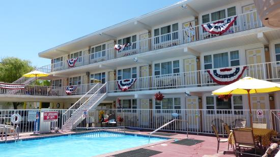 Esplanade Suites, a Sundance Vacations Resort: Exterior & pool