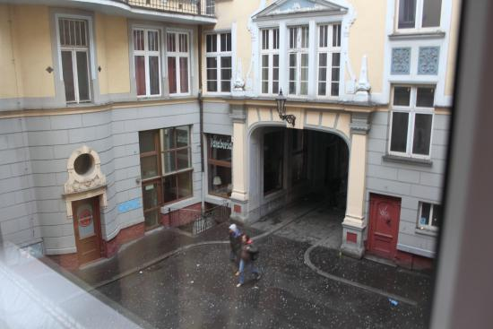 Absynt Hostel: Widok z pokoju od strony Patio, 1 piętro