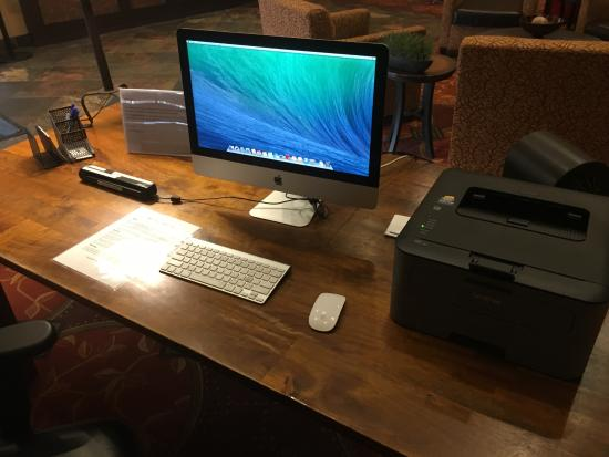 Holiday Inn Express Hotel & Suites Denver Littleton: iMac available in the lobby to print boarding passes.