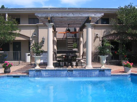 Vineyard Court Designer Suites Hotel: Pool Entrance