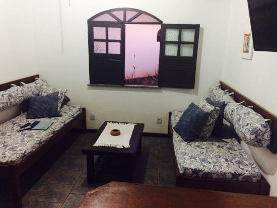 Pousada Caminho do Mar: Sala com sofás que servem de cama