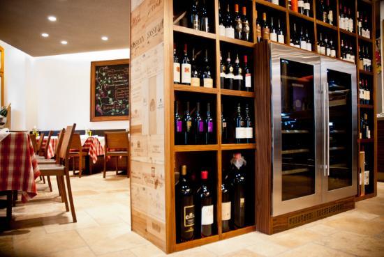Weinschrank zwischen Bar- und Restaurant-Bereich...wine board ...