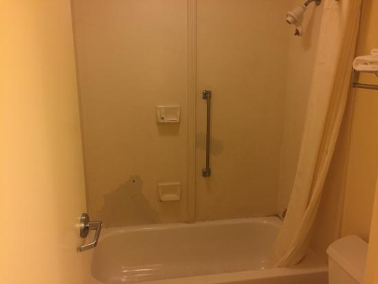Days Inn Norfolk Airport: Huge patches in shower wall