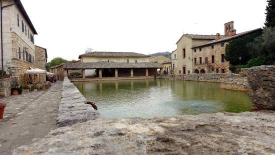 Piazza delle Sorgenti - Foto di Terme Bagno Vignoni, Bagno Vignoni ...