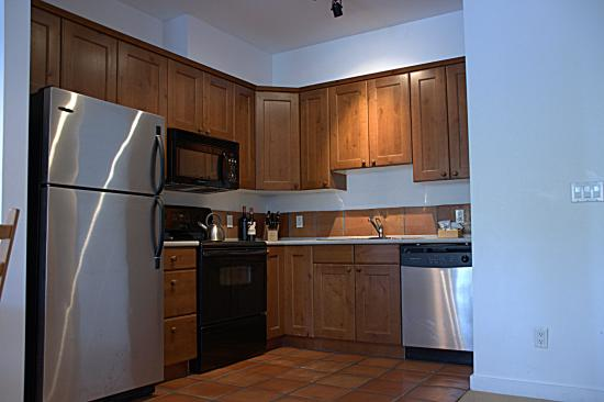 Water's Edge Shoreside Suites: Kitchen