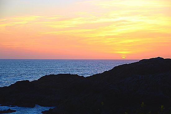 Water's Edge Shoreside Suites: Amazing Sunset on the Wild Pacific Trail.