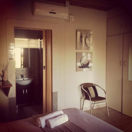 Aliwal North, Zuid-Afrika: Room 3 - cozy room with aircon and en-suite bathroom.