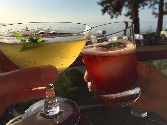 Lummi Island, WA: Cocktails on the deck before dinner, all part of the experience.