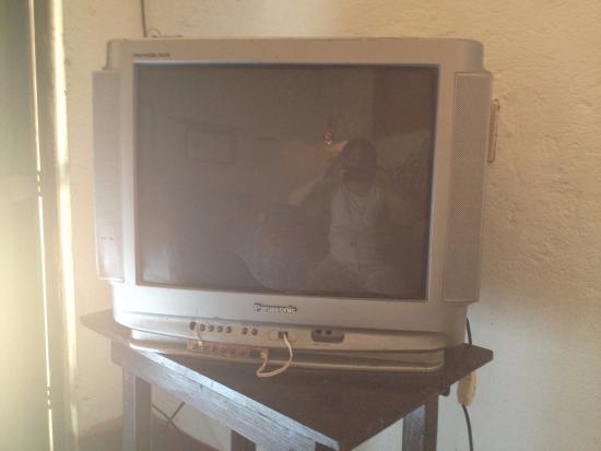 Casa Tonantzin: televisor de la habitación que refleja un poco en la pantalla el interior de la misma